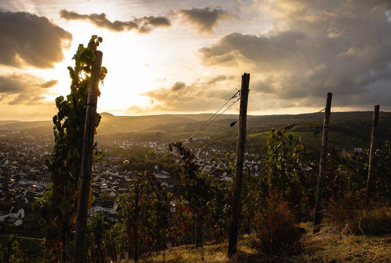 Landschaftsaufnahme der Stadt Bad Neuenahr-Ahrweiler unter morgendlichem Sonnenaufgang