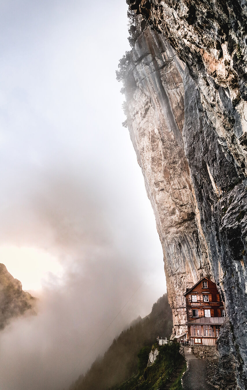 Fotografie des Berggasthaus Aescher-Wildkirchli über den Wolken in den schweizer Alpen